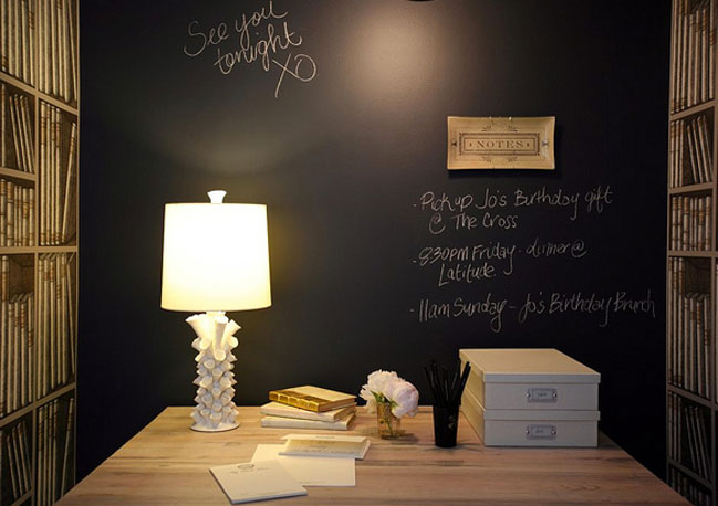 Pareti Di Lavagna : Lavagna a parete con simpatici disegni nella cucina della famiglia