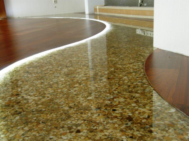 Come posare un pavimento in resina sopra un pavimento - Posare piastrelle su pavimento esistente ...
